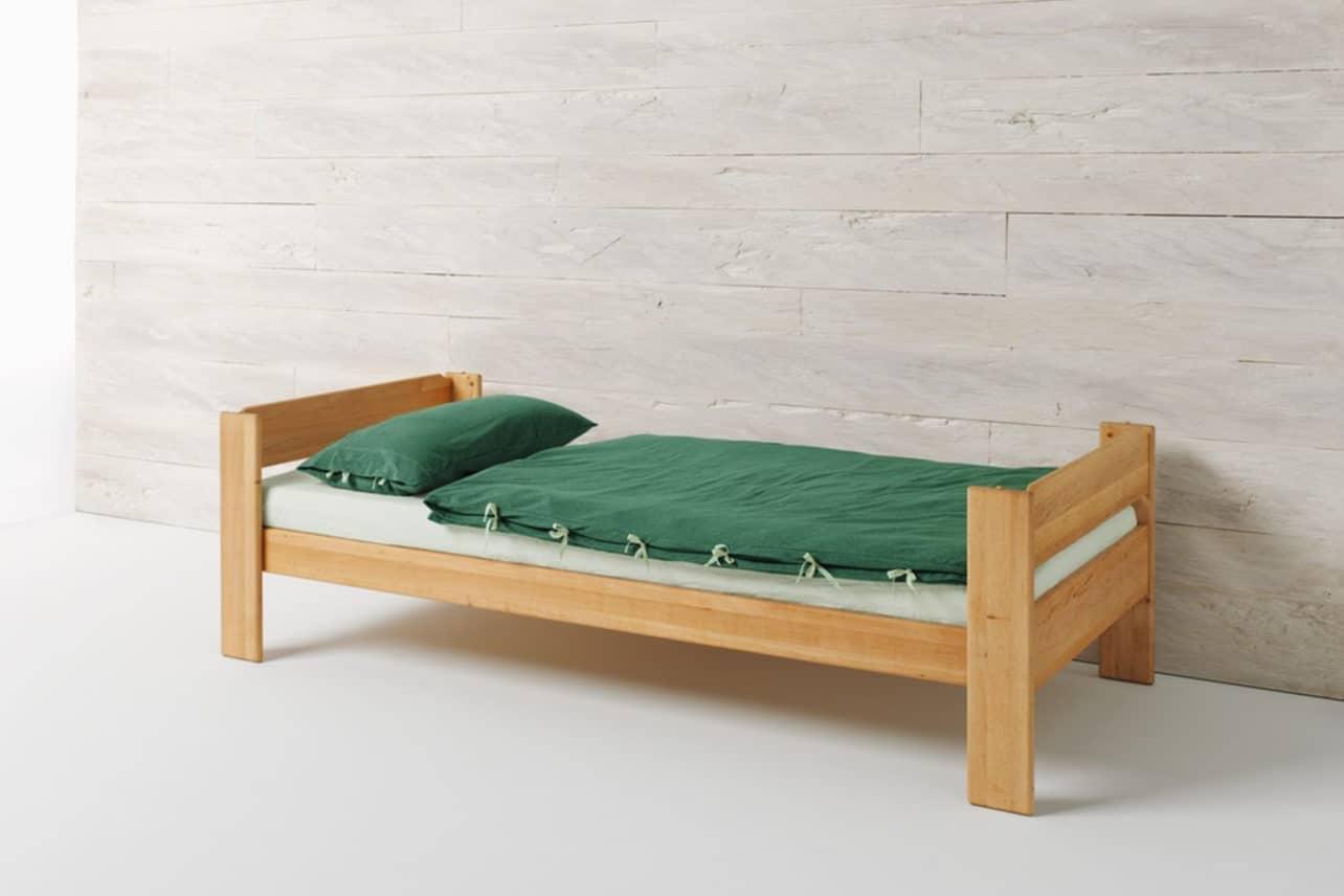 Einzelbett Mobile in Erle mit integriertem Lattenrost. Bett Mobile ist umbaubar zum Höhlenbett.