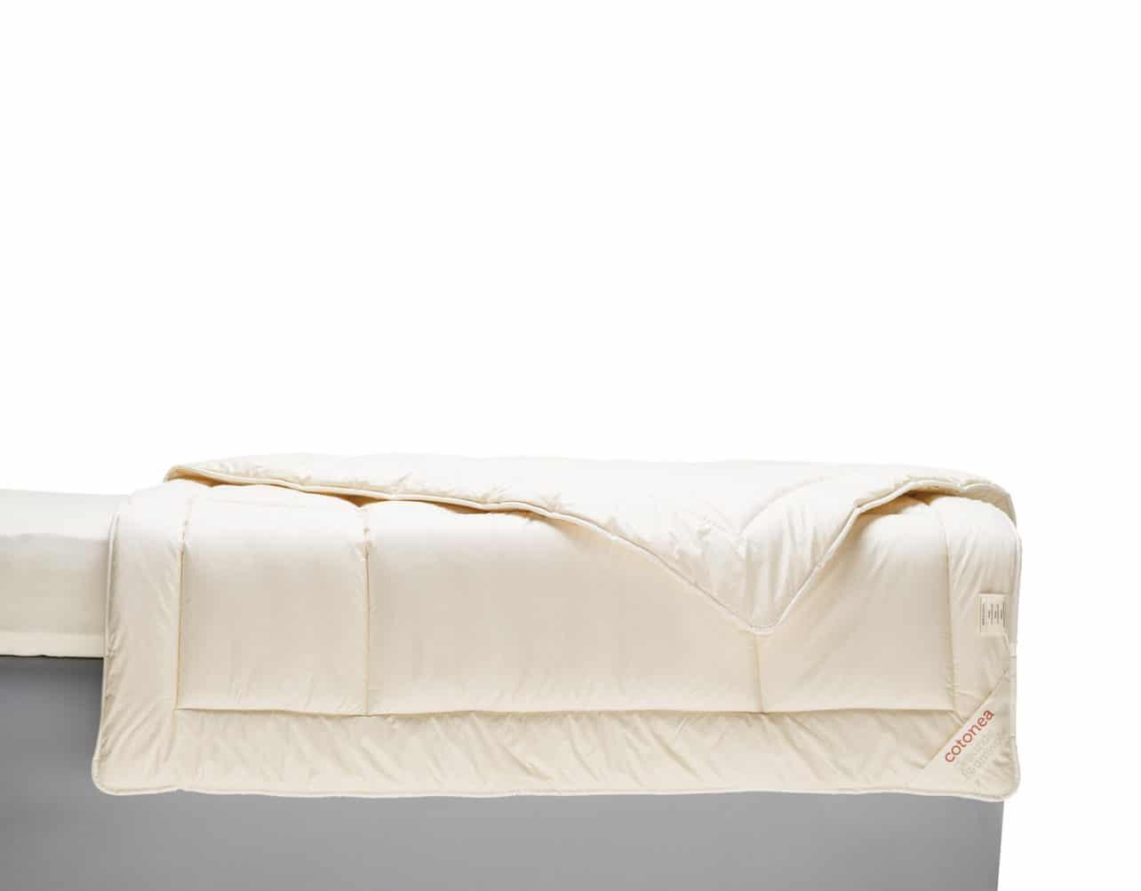 Bettdecke Dilana aus Baumwolle kbA mit Füllung aus Schafschurwolle kbT.
