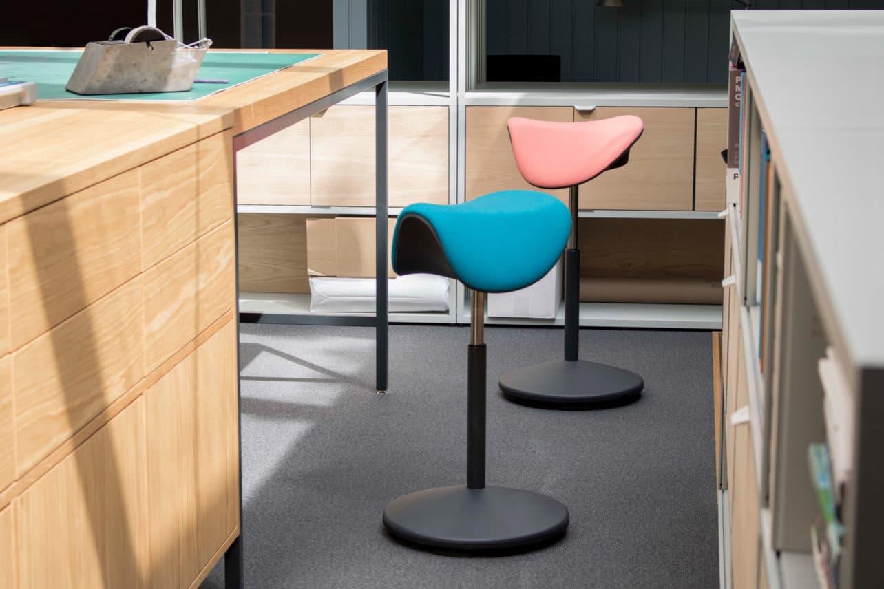 Stehhilfe Motion mit Sattelsitz in verschiedenen Farben