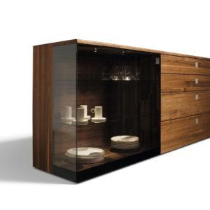 Nox Sideboard mit Schiebetür und Laden in Nussbaum und Glas Palladium.