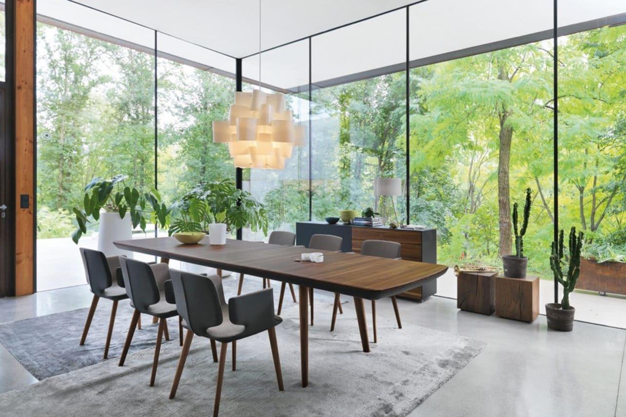 Tisch Flaye in Nussbaum mit rechteckiger Tischplatte mit Auszug.
