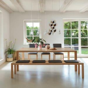Loft Tisch in Kernbuche mit Loft Bank und Magnum Freischwinger.