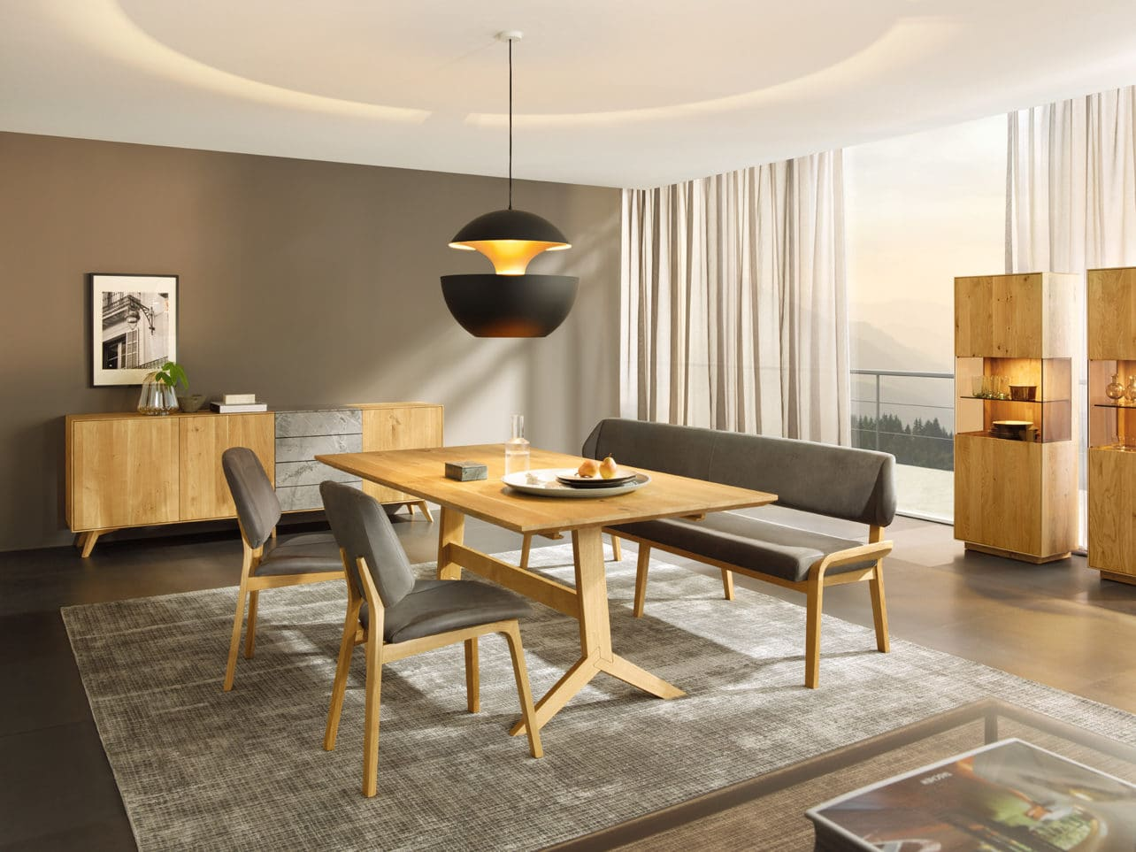 Speisezimmer mit Bank und Stuhl Oreja und Tisch Ypsilon in Asteiche und Balkeneiche gebürstet