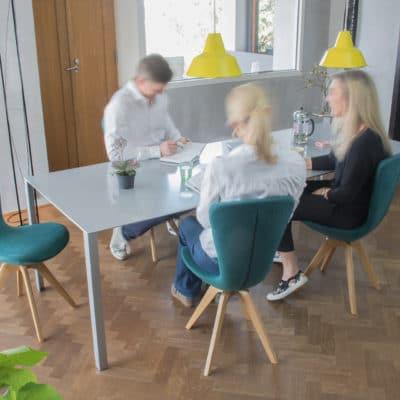 Ergonomischer Esszimmerstuhl Invite mit türkisem Bezug