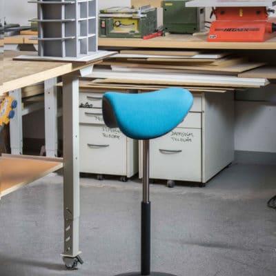 Die Stehhilfe Motion hat einen sattelförmigen 360-Grad-Sitz.