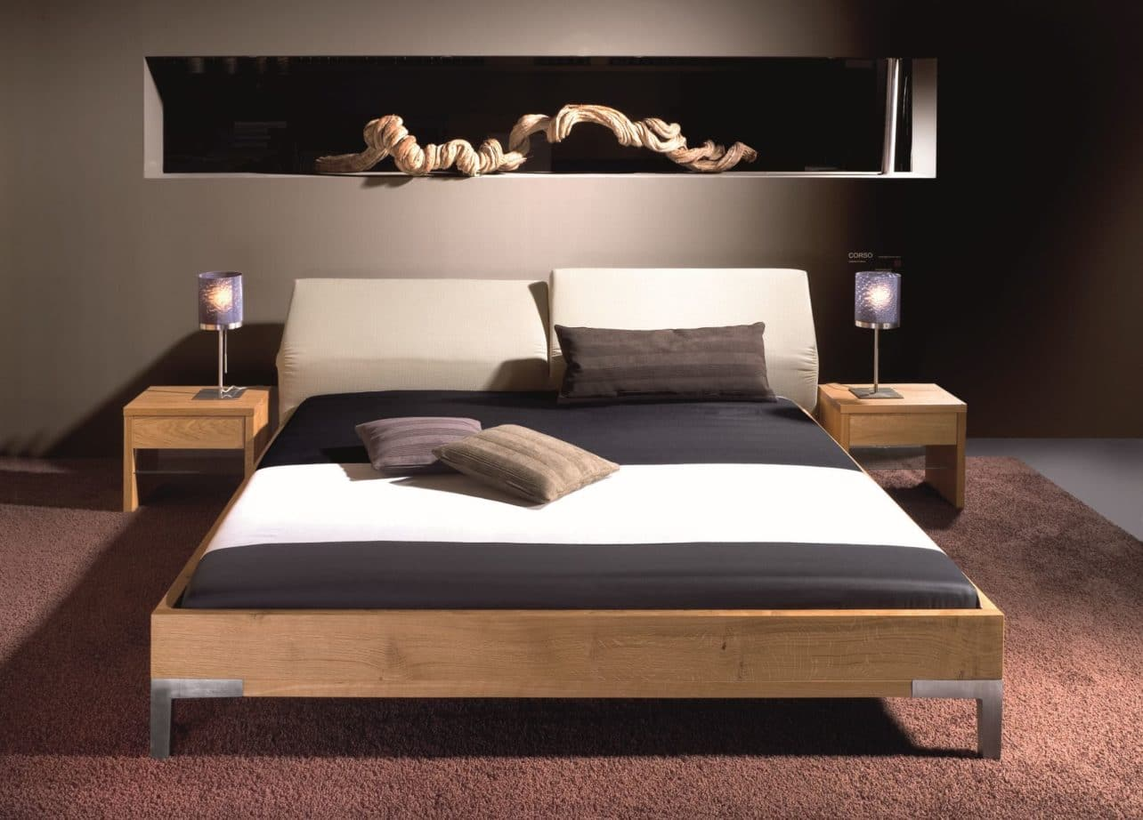 Massivholzbett Corso in knorriger Eiche geölt mit Aluminiumgussfüßen und verstellbarem Komfort-Polsterkopfteil