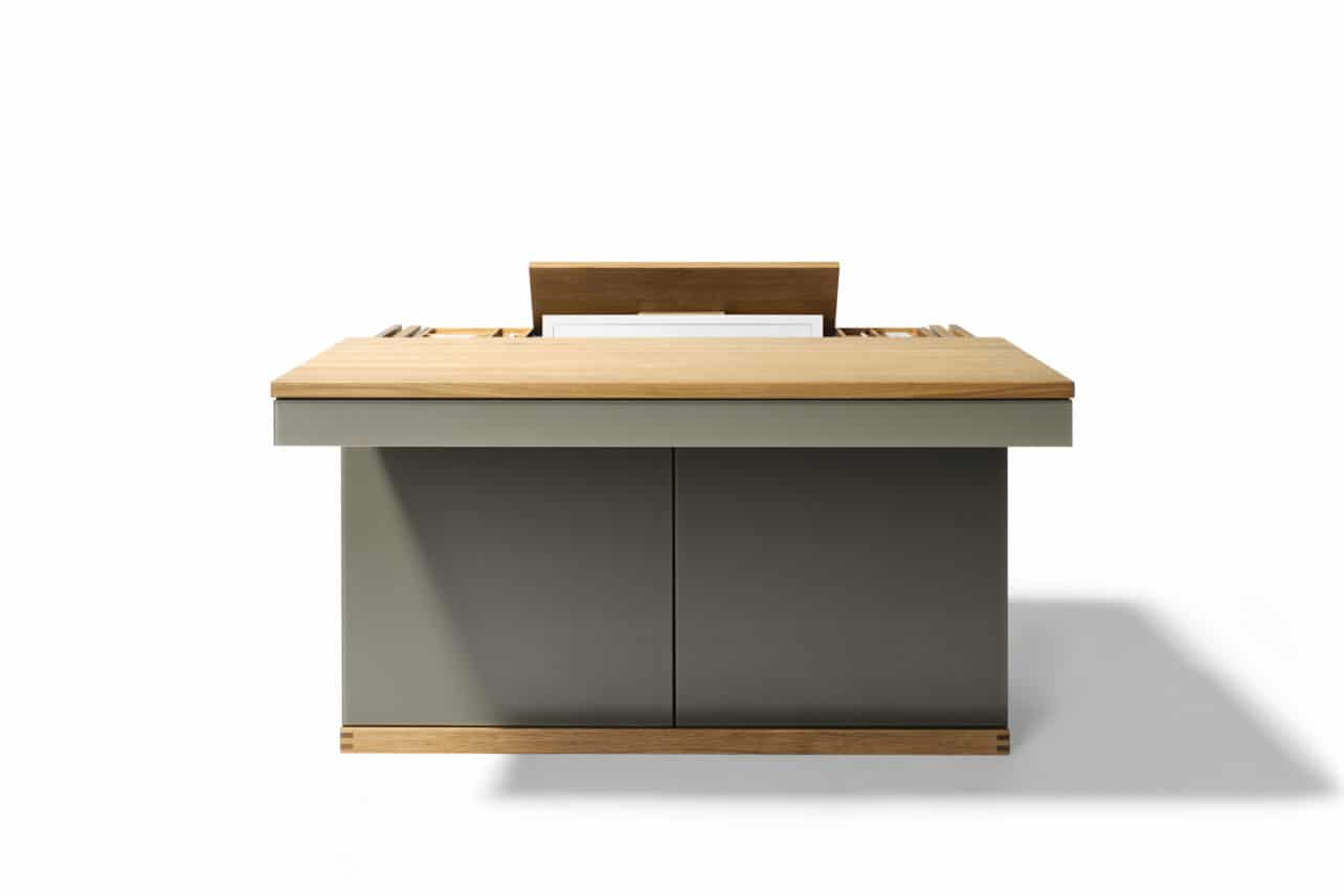 PC-Sekretär Cubus mit ausziehbarer Schreibtischplatte in Eiche geölt und Bildschirmlift und Front in Farbglas taupe.