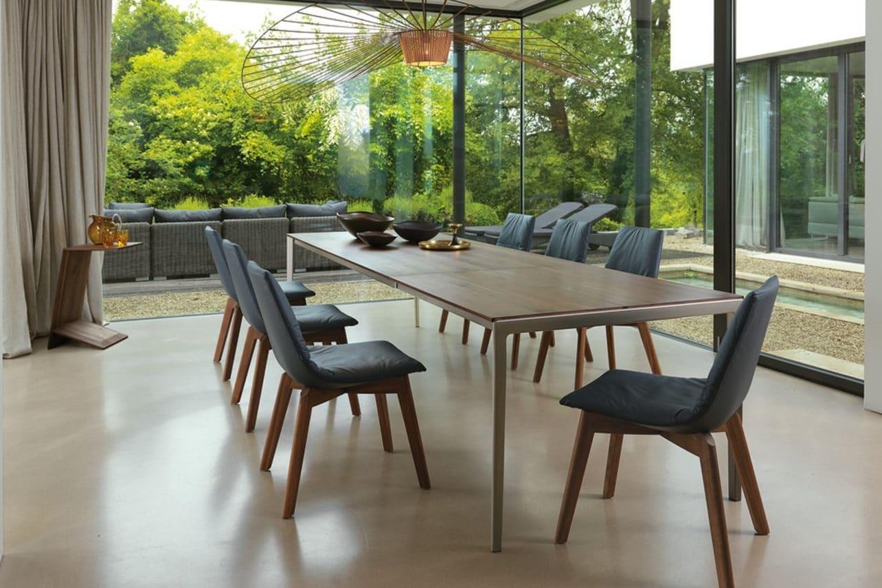 Tisch TAK mit Metallgestell in Nussbaum.
