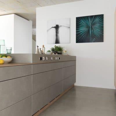 Küche mit Kochinsel Filigno in Eiche weiß geölt und Keramikfronten.
