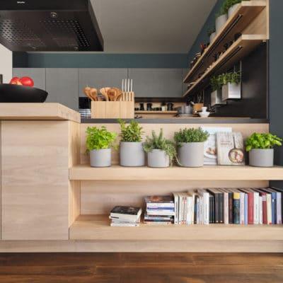 Küche Cera Line von Team7, Gestaltungselemente Bar und niedrige Regale