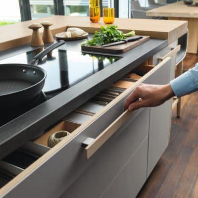Küche Cera Line von Team7, extragroße Schublade mit Holz-Stangengriff