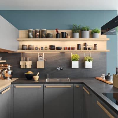 Küche Cera Line von Team7, offene Regale und Hängekörbe