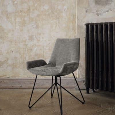 Stuhl Lui Plus von Team7 mit schwarz-mattem Drahtgestell und grau meliertem Stoffbezug